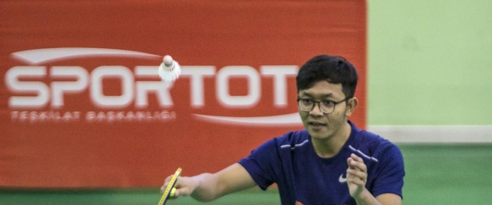 Büyükelçiler badminton oynadı