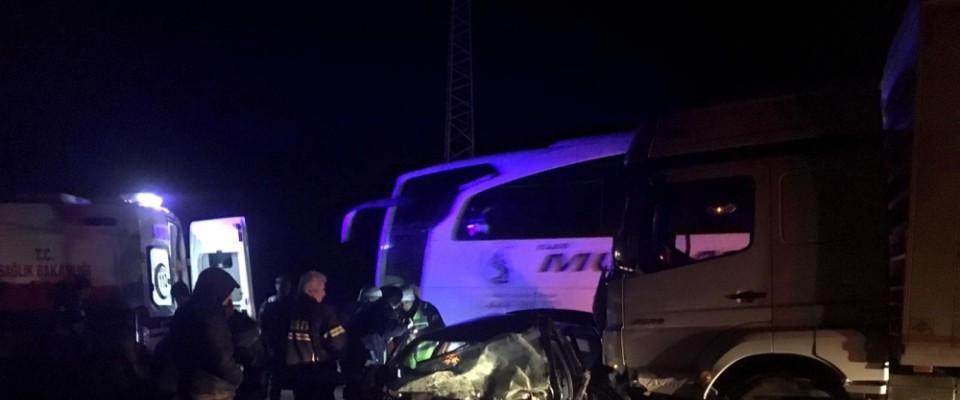 Otomobil tırla çarpıştı: 2 ölü, 1 yaralı