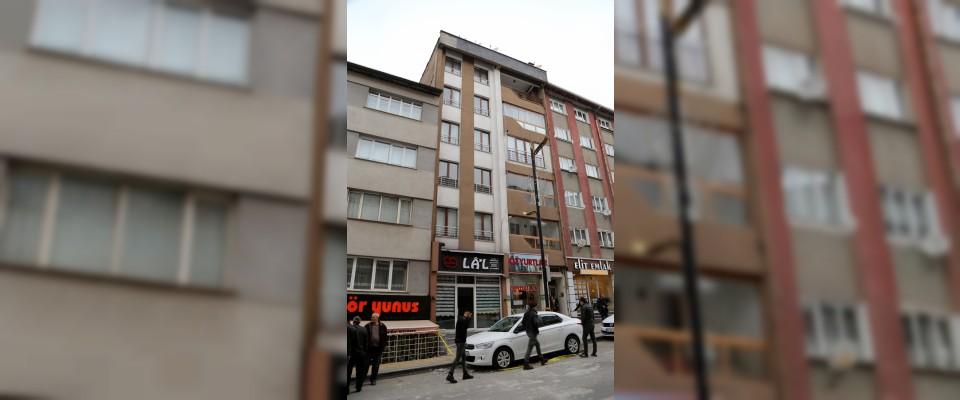 Sivas'ta park halindeki aracın üstüne beton düştü