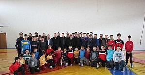 Zara Belediye Başkanı Pala'dan başarılı güreşçiye ödül