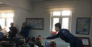 Minik öğrencilerin jandarma karakolunu ziyareti