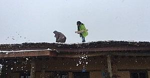 Sanatçılar kar küredi